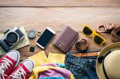 Accesorios del viaje en el piso de madera listo para el viaje Foto de archivo