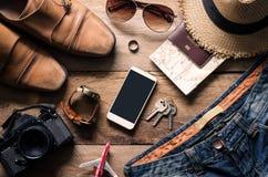 Accesorios del viaje en el piso de madera listo para el viaje Imagenes de archivo