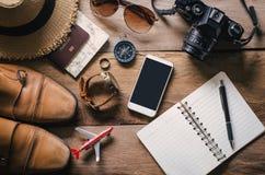 Accesorios del viaje en el piso de madera listo para el viaje Fotografía de archivo