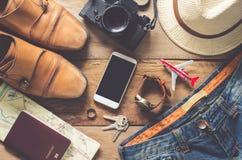 Accesorios del viaje en el piso de madera listo para el viaje Fotografía de archivo libre de regalías