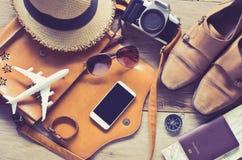 Accesorios del viaje en el piso de madera listo para el viaje Imagen de archivo