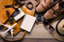 Accesorios del viaje en el piso de madera listo para el viaje Fotos de archivo