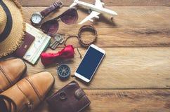 Accesorios del viaje en el piso de madera listo para el viaje Fotos de archivo libres de regalías