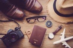 Accesorios del viaje en el piso de madera listo para el viaje Imágenes de archivo libres de regalías