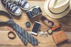 Accesorios del viaje en el piso de madera listo para los accesorios del travelTravel en el piso de madera listo para el viaje Fotografía de archivo