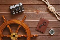 Accesorios del viaje en fondo de madera Fotos de archivo