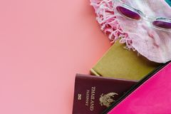 Accesorios del viaje en fondo rosado imagen de archivo