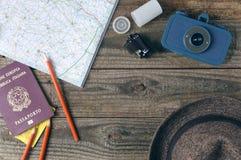 Accesorios del viaje en la tabla de madera Fotos de archivo