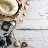 Accesorios del viaje en la tabla de madera Foto de archivo libre de regalías