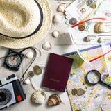Accesorios del viaje en la tabla de madera Fotografía de archivo