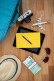 Accesorios del viaje en piso de madera Imagen de archivo libre de regalías