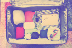 Accesorios del viaje en una maleta Vintage entonado Foto de archivo libre de regalías