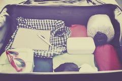 Accesorios del viaje en una maleta Vintage entonado Imagen de archivo libre de regalías
