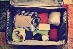 Accesorios del viaje en una maleta Vintage entonado Imagenes de archivo