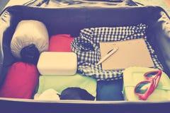 Accesorios del viaje en una maleta Vintage entonado Fotografía de archivo