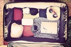 Accesorios del viaje en una maleta Vintage entonado Fotografía de archivo libre de regalías
