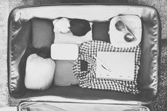 Accesorios del viaje en una maleta Vintage entonado Fotos de archivo libres de regalías