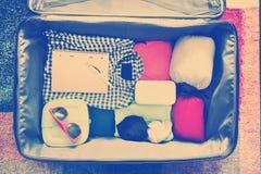 Accesorios del viaje en una maleta Vintage entonado Foto de archivo