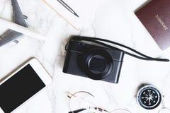 Accesorios del viaje flatlay en el mármol con la cámara Imagenes de archivo