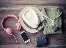Accesorios del viaje Las camisas, sombreros, Smart-teléfono, auricular, carteras, vidrios, coche cierran listo para el viaje Foto de archivo libre de regalías