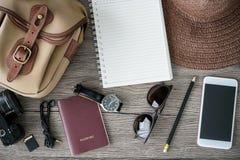 Accesorios del viaje para el viaje Fije en fondo de madera Fotos de archivo libres de regalías