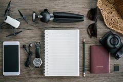 Accesorios del viaje para el viaje Fije en fondo de madera Fotografía de archivo libre de regalías