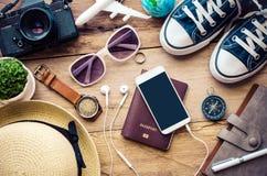 Accesorios del viaje para el viaje en la madera Foto de archivo libre de regalías
