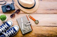 Accesorios del viaje para el viaje en la madera Fotos de archivo libres de regalías
