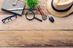 Accesorios del viaje para el viaje en la madera Foto de archivo