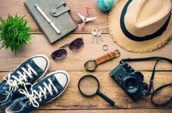 Accesorios del viaje para el viaje en la madera Imagenes de archivo