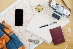 Accesorios del viaje que acepillan en la tabla de madera, viaje del viaje para el holid Imagenes de archivo