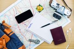 Accesorios del viaje que acepillan en la tabla de madera, viaje del viaje para el holid Imagen de archivo libre de regalías