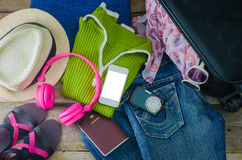 Accesorios del viaje, ropa cartera, vidrios, auriculares del teléfono Pasaporte, zapatos Aliste para el recorrido Imágenes de archivo libres de regalías
