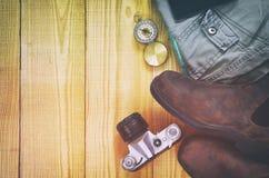 Accesorios del viaje sobre fondo de madera Imagen de archivo libre de regalías