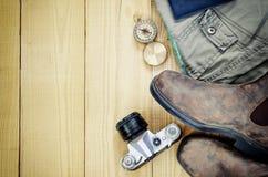 Accesorios del viaje sobre fondo de madera Imagen retra del estilo Fotos de archivo