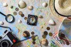 Accesorios del viaje sobre mapa del mundo Foto de archivo libre de regalías