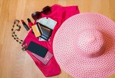 Accesorios del viaje Sombrero, cartera, pasaporte y teléfono elegante Imagenes de archivo