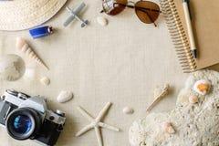 Accesorios del viaje y de las vacaciones en fondo de la harpillera Imagenes de archivo