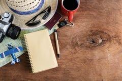 Accesorios del viaje y de las vacaciones en fondo de madera Foto de archivo libre de regalías