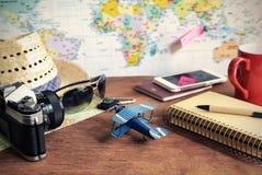 Accesorios del viaje y de las vacaciones en fondo de madera Foto de archivo