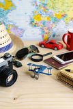 Accesorios del viaje y de las vacaciones en fondo de madera Imágenes de archivo libres de regalías