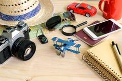 Accesorios del viaje y de las vacaciones en fondo de madera Imagen de archivo