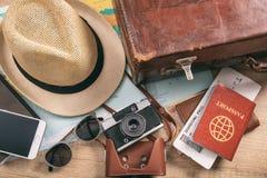 Accesorios del viaje y de las vacaciones - visión superior Imagen de archivo libre de regalías