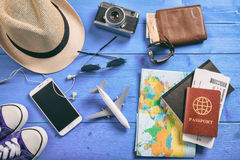 Accesorios del viaje y de las vacaciones - visión superior Imágenes de archivo libres de regalías