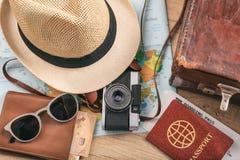 Accesorios del viaje y de las vacaciones - visión superior Fotos de archivo