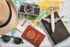 Accesorios del viaje y de las vacaciones - visión superior Foto de archivo