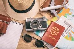 Accesorios del viaje y de las vacaciones - visión superior Imagenes de archivo