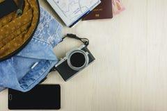 Accesorios del viajero de la visión superior en fondo de madera Fotos de archivo