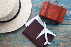 Accesorios del viajero en el fondo de madera azul, concepto del viaje Foto de archivo libre de regalías