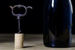 Accesorios del vino en una tabla de madera Corcho, sacacorchos y una botella Fotos de archivo libres de regalías